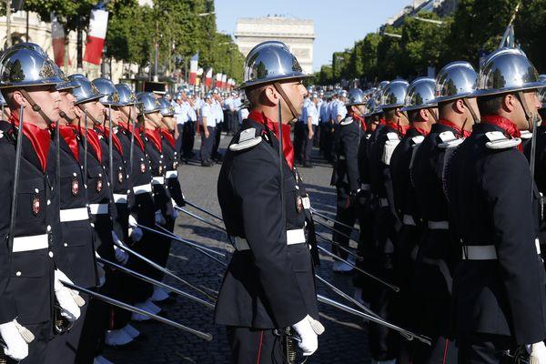 Des élèves de l'Ecole Nationale Supérieure des Officiers de Sapeurs-Pompiers sur les Champs-Elysées le 14 juillet 2017 à Paris