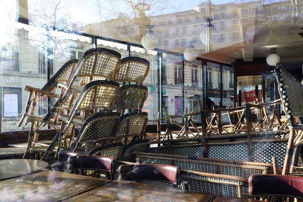 Des chaises empilées le 25 mars dernier dans un établissement parisien fermé, dans le cadre du confinement contre la propagation du virus Covid-19.