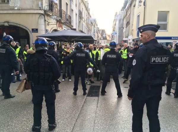 """Face à face entre les """"gilets jaunes"""" et les forces de l'ordre rue du Bourg, à Dijon, samedi 24 novembre 2018"""