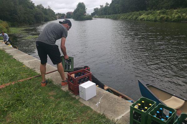 Les bières embarquent sur des canoës