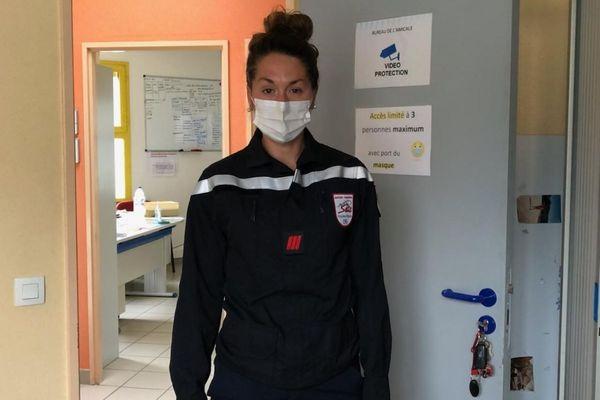 Aide-soignante pendant 12 ans, Alissia veut devenir pompier professionnel.
