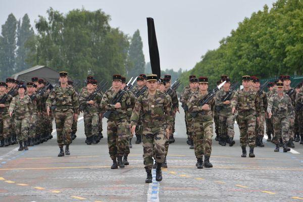 Le 3ème RG de Charleville se prépare au défilé du 14 juillet. Les 109 soldats se sont entraînés cette semaine sur les pistes du site Nexter à Satory (Yvelines). Au premier plan : le lieutenant-colonel Charles Michel, chef de corps du 3ème RG.