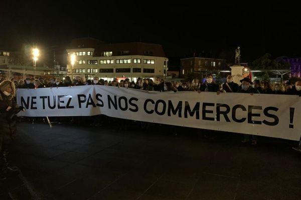 Forte mobilisation des commerçants colmariens et de leurs soutiens qui manifestent pour la réouverture des boutiques du centre-ville
