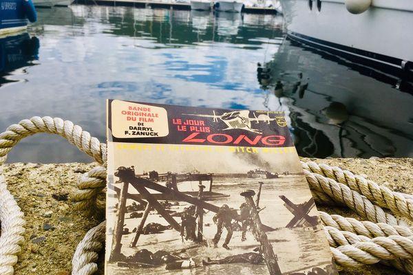Le 45 tours original de la musique du film, interprétée par l'orchestre de Mitch Miller, sur le port de Saint-Florent L'un des souvenirs du passage de l'équipe du film en Corse.