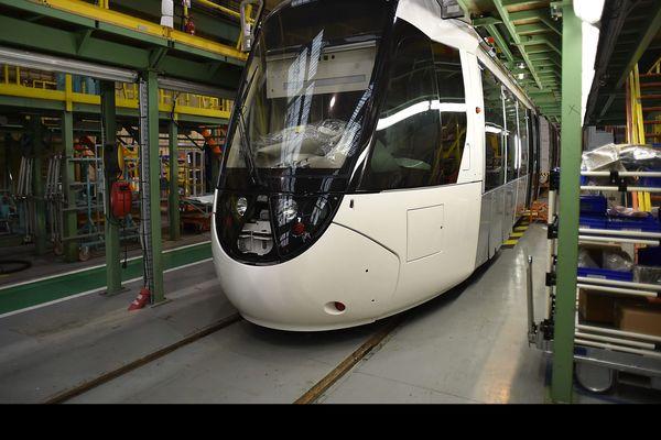 Les trams-trains Citadis Dualis, commandés par la SNCF et Île-de-France Mobilités construits par Alstom près de Valenciennes.