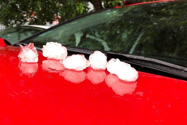 La grêle a causé de nombreux dégâts, notamment sur les pare-brises des voitures. Exemple à Tullins.
