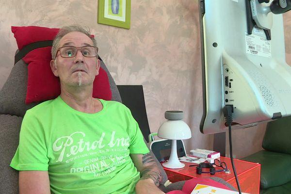 """""""Dans cette maladie,on perd toute sa dignité humaine.(...) J'ai le droit de disposer de mon corps et de pouvoir contrôler ma mort"""", explique Louis, atteint de la maladie de Charcot."""