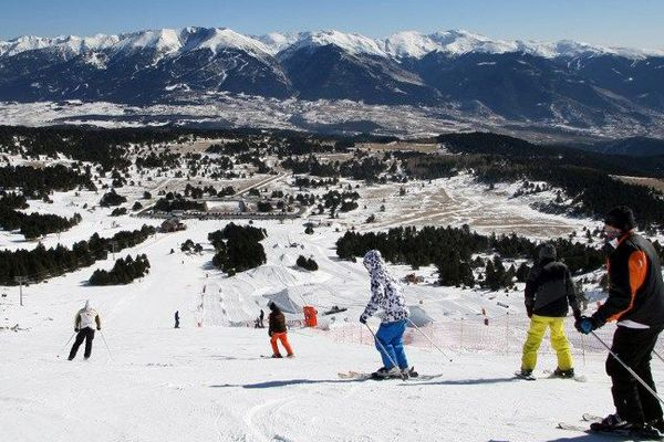 Des skieurs sur les pistes de Font-Romeu, dans les Pyrénées-Orientales. La station pourrait fusionner avec Les Angles et Formiguères.