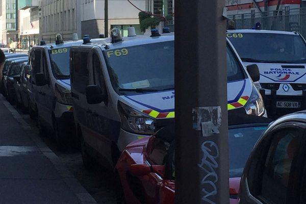 Aux abords de l'université, des forces de police ont pris position quelques minutes après l'intrusion de groupes d'étudiants. L'assemblée générale s'est néanmoins déroulée dans le calme.
