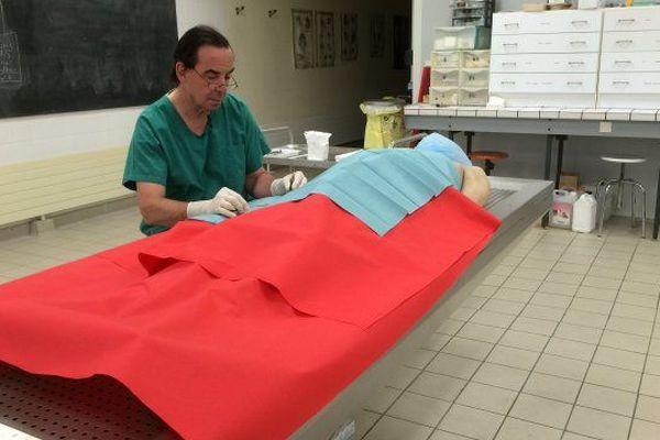 Le Professeur Mercier au bloc technique du laboratoire d'anatomie d'Angers.