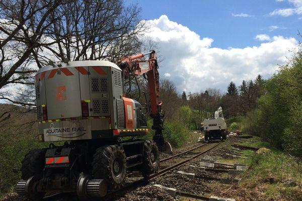 Dans le Cantal, entre Laroquebrou et Aurillac un important travail de rénovation des voies ferroviaires est entrepris sur quelques 45 kilomètres. De fait, jusqu'au 7 juillet 2017, plus aucun train ne pourra circuler sur la ligne Aurillac-Brive.