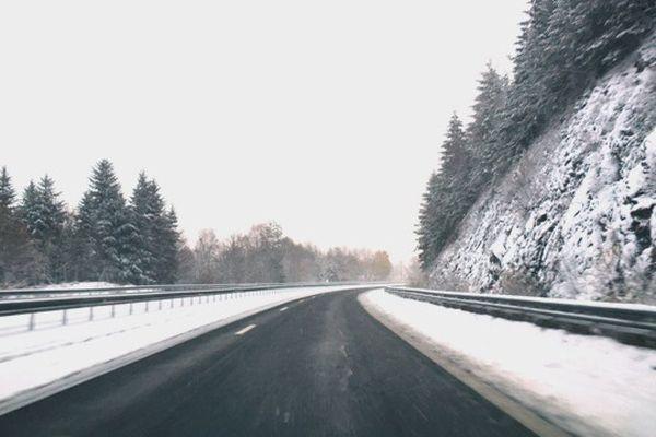 Dimanche matin l'autoroute A89 était recouverte de 5 à 10 cm de neige à hauteur de Saint-Rémy-sur- Durolle (63).