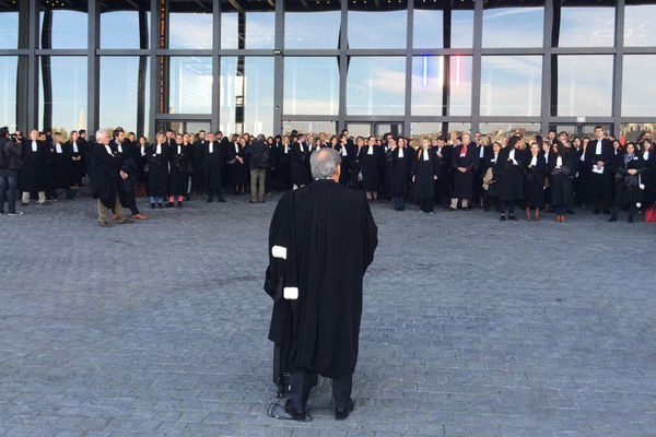 Le discours du bâtonnier face à ses confrères devant le Palais de Justice de Nantes bloqué. 26 octobre 2015