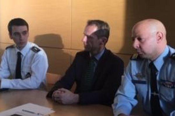 Étienne Manteaux, procureur de la République de Besançon, entouré du commissaire Kmyta (gauche) et du lieutenant-colonel Leblanc (droite).
