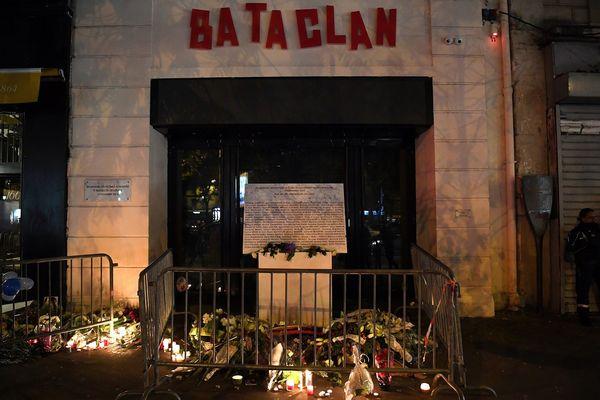 Une série d'attaques simultanées ont été perpétrées à Paris et à Saint-Denis, le 13 novembre 2015. 129 personnes ont perdu la vie, 350 ont été blessées. 89 personnes sont mortes au Bataclan