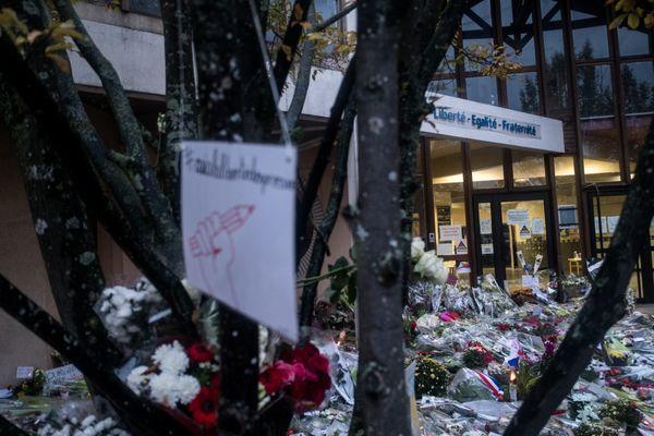 Archives. 20/10/2020 - (France / Yvelines / Conflans-Saint-Honorine) - Les gens viennent déposer des gerbes de fleurs, bougies, dessins et témoignages devant le collège du Bois d'Aulne en hommage au professeur d'histoire décapité. Samuel Paty a été tué par un réfugié tchétchène de 18 ans, né a Moscou, qui a ensuite été abattu par la police.