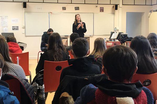 Céline Laborie chanteuse lyrique avec des élèves de troisième du collège Léo Ferré de Saint-Lys (31)