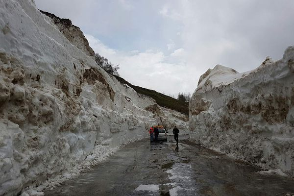 Au Cormet de Roselend, la route est encore recouverte de 15 mètres de neige