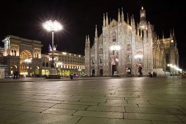 La piazza Duomo de Milan à l'heure du couvre-feu à l'italienne: à 22 heures