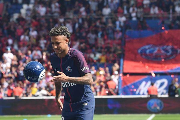 Neymar lors de sa présentation aux supporters du PSG au Parc des Princes - 05/08/2017 - AFP