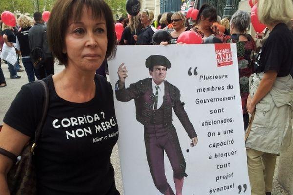 Claire Starozinski, présidente et fondatrice de l'Alliance Anti-Corrida, a pris la tête du cortège