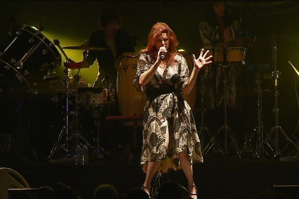 La chanteuse Elodie Frégé du collectif La Nouvelle Vague
