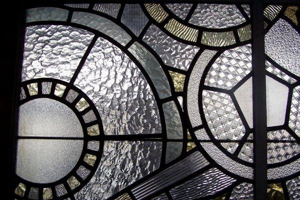Pour laisser passer la lumière, le maître-verrier Auguste Labouret a créé des vitraux en motif de fleurs stylisées typiques de l'Art déco.