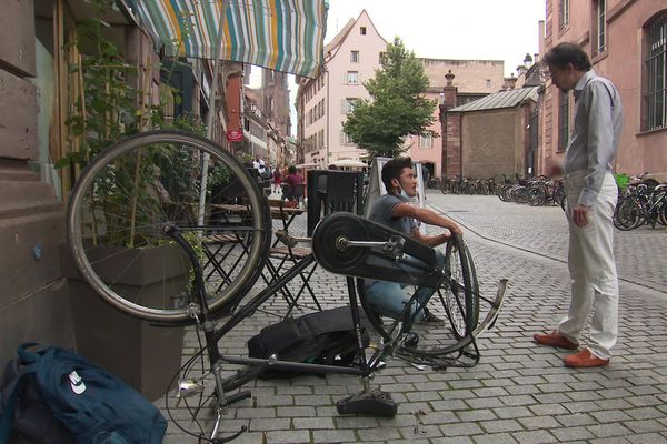 Réparation de vélos par de jeunes migrants via l'association Coude à coude