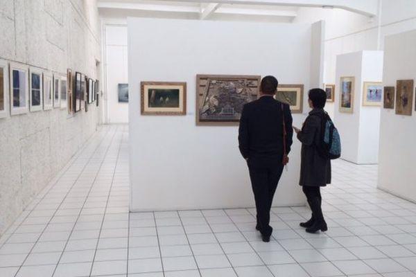 """Des visiteurs de l'exposition """"Pastels du Monde"""" à Montluçon."""