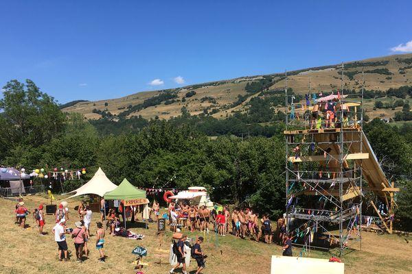 Le groupe Madcow, connu pour ses vidéos déjantées sur les réseaux sociaux, organisait son premier festival à Cheylade (Cantal). Au programme pour les 1500 participants attendus : nature, musique et adrénaline.