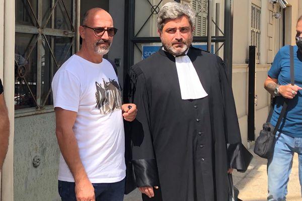 Thierry Casolasco accompagné de son avocat, Maître Emmanuel Mercinier-Pantalacci, devant le Palais de Justice d'Ajaccio, ce mardi 7 septembre.