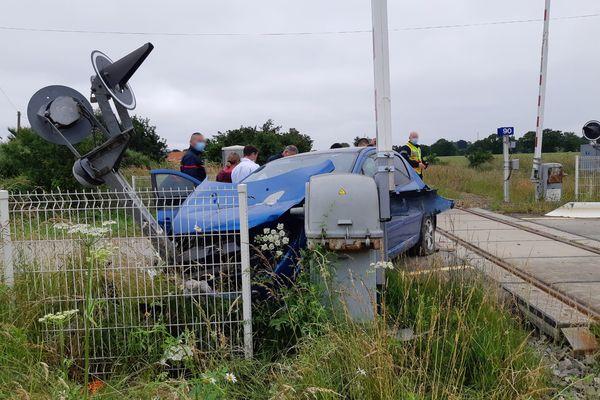 La voiture percutée par le train TER en direction de Rennes ce samedi 19 juin 2021 à Précey.