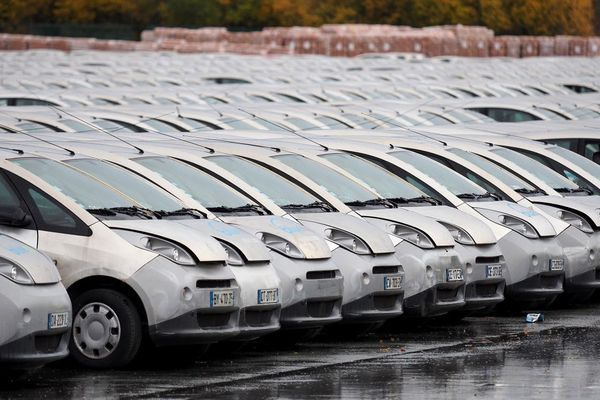 Des centaines de véhicules Autolib' garés à Romorantin-Lanthenay (Loir-et-Cher) en novembre 2018, après la fin du service à Paris.