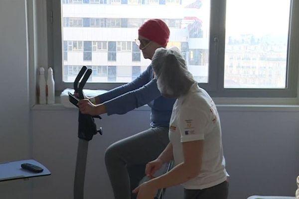 Marie, patiente à l'hôpital Saint-Antoine à Paris, pratique le sport pour améliorer sa résistance aux effets néfastes des traitements contre le cancer.