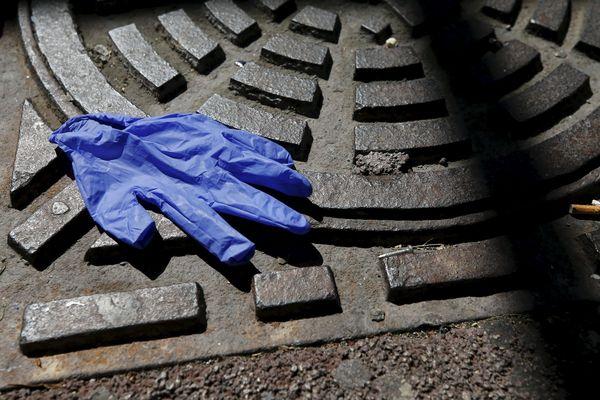 Gants, masques, blouses de protection Covid-19 doivent être hermétiquement emballés avant d'être jetés... dans une poubelle
