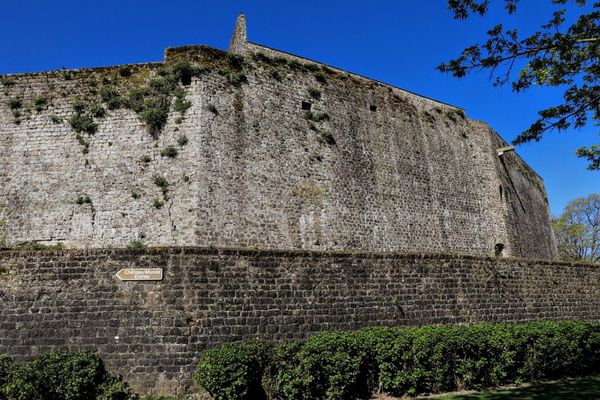 Des réfugiés s'étaient abrités dans les caves du château de Boulogne-sur-mer pour échapper aux bombardements.