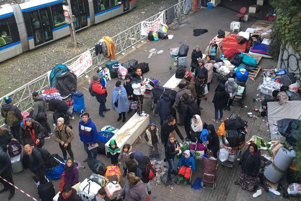 Plusieurs dizaines de personnes sans-abri sont évacuées du campement de la gare de Grenoble.