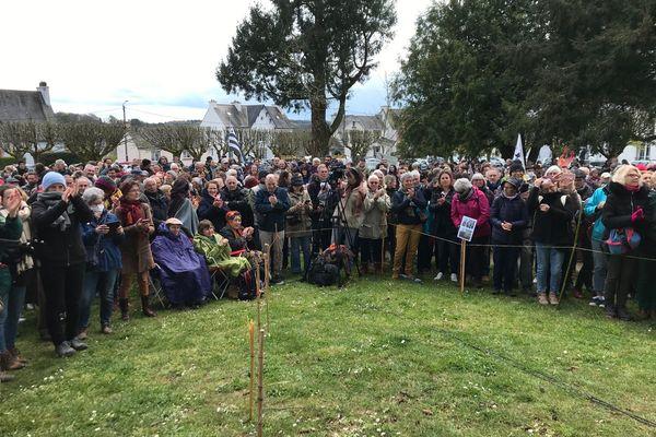 """600 personnes dimanche 11 avril,  à l'appel de l'association """"l'ère libre"""" au parc Bel'air de Quimperlé : certaines sans masque et sans gestes barrières."""