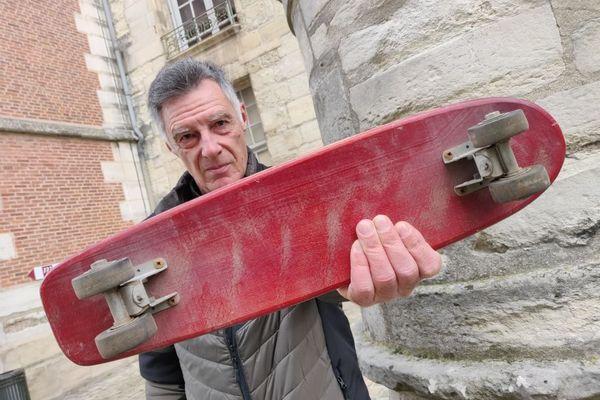 """Le premier roll surf de Thierry Dupin: """"Une relique des années 1960, avec des roues en argile. On ne peut pas tourner brusquement avec."""""""