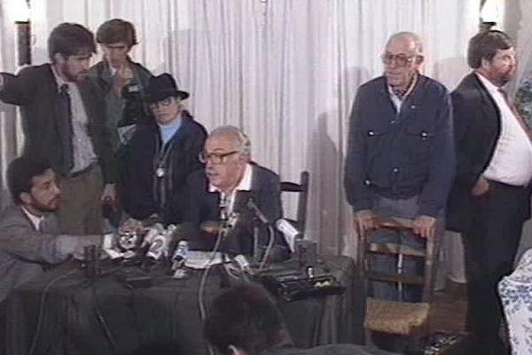 Au centre, Jacques Médecin lors d'une conférence de presse en Uruguay.