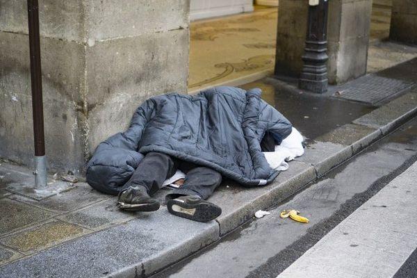 Un homme sans-abri dormant dans la rue à Paris le 8 janvier. Photo d'illustration.