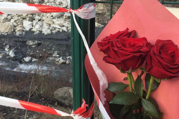 Les proches des victimes viennent déposer des fleurs sur les lieux de l'accident.