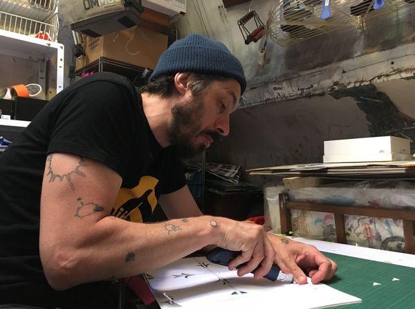 L'artiste tient à découper ses pochoirs à la main