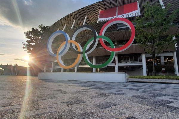 Les anneaux des Jeux Olympiques devant le stade à Tokyo.