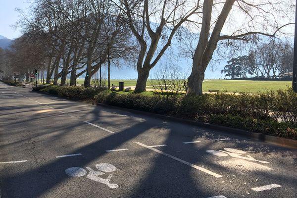Plus personne sur la route, en bordure du lac d'Annecy.