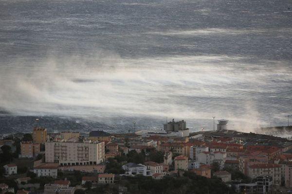 Le 17 janvier 2017, la ville de Bastia est balayée par une tempête, paralysant l'activité portuaire.