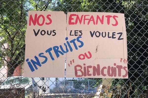 Panneau dénonçant les fortes chaleurs dans les classes de l'école Mermoz à Montpellier