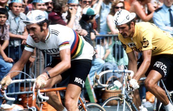 Bernard Thévenet en jaune et Eddy Merckx avec le maillot arc-en-ciel de champion du monde, lors de l'arrivée du Tour 1975.