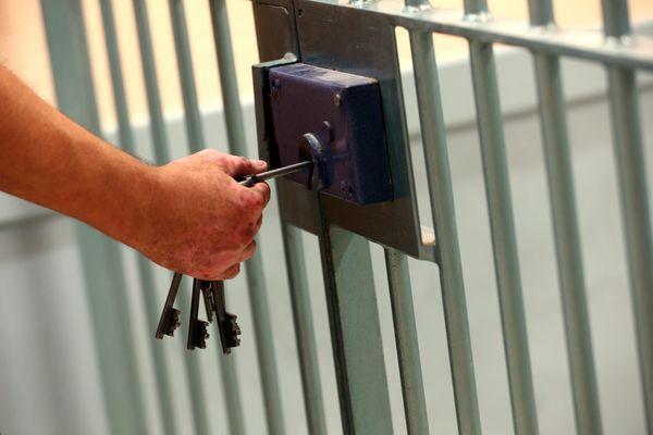 Retour derrière les barreaux, pour celui qui cumulait les délits : évasion, deux peines en attente d'être purgées et une présumée série de vols par effraction. Photo d'illustration.