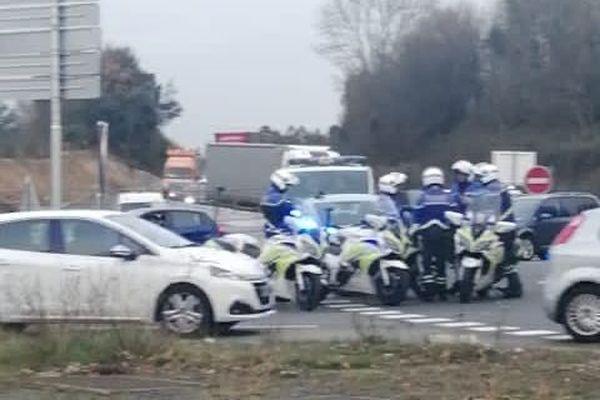 Les policiers se sont installés un temps sur le rond-point de la Porte d'Armor à Saint-Herblain.
